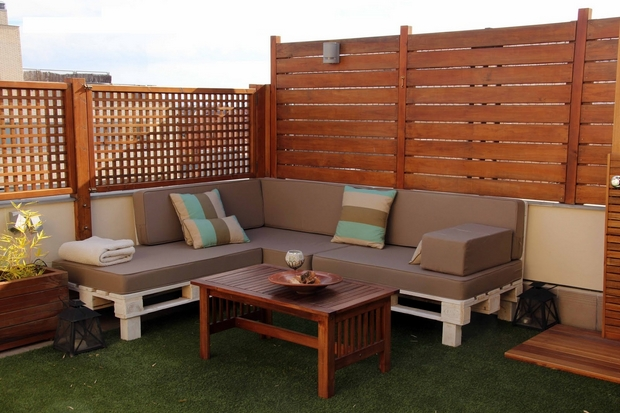 outdoor pallet furniture ideas backyard patio wooden fence white diy ...