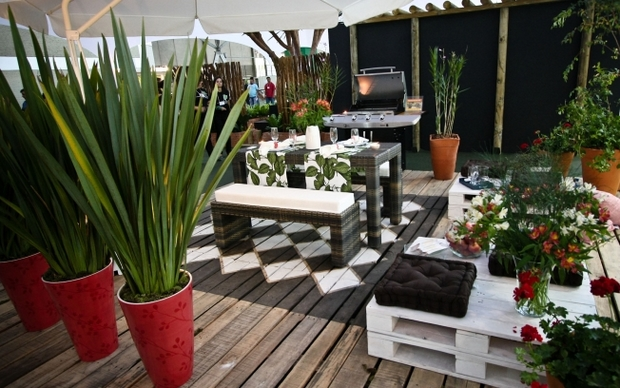 outdoor shipping pallet furniture ideas creative diy decorated table bench