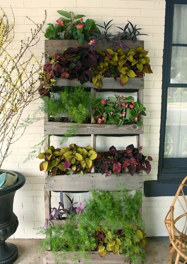 21 vertical pallet garden ideas for your backyard or balcony for Flower garden decorations