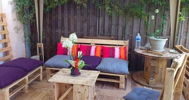 wooden-wire-spool-table-reused-pallet-sofas-colorful-cushions-garden-decoration