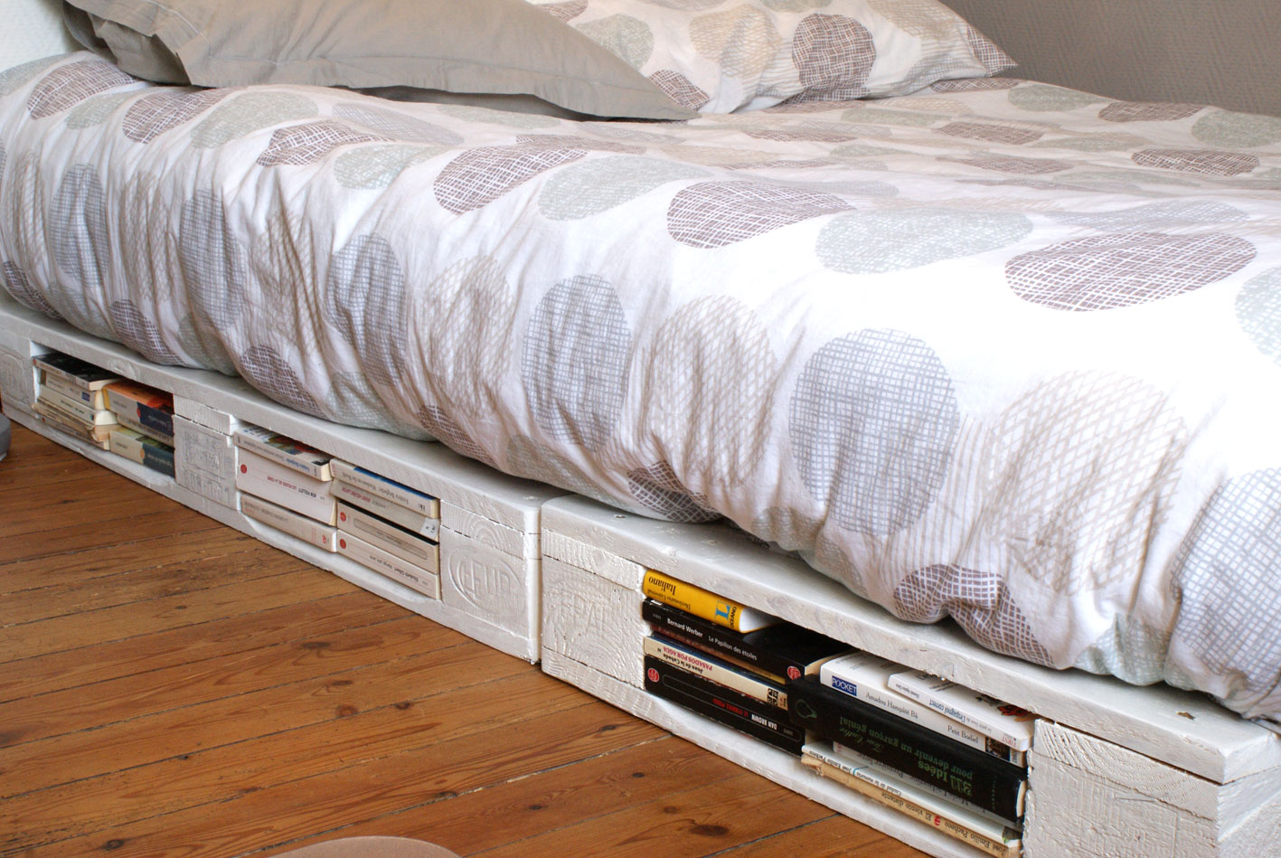 Single pallet bed frame - Diy Pallet Furniture Bed Frame Reuse Idea Book Library Cotton Sheets