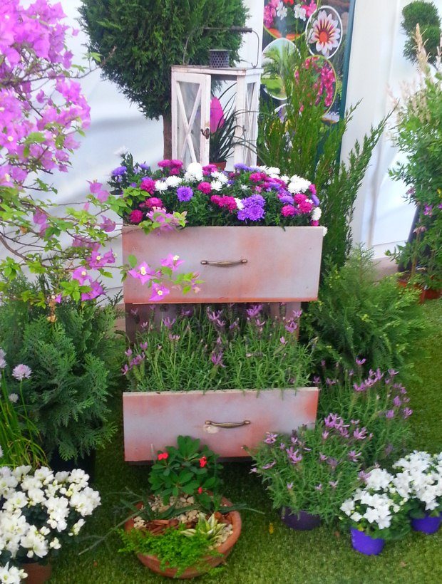 reuse old chest of drawers into creative garden flower planter