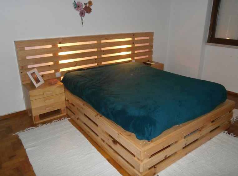 20 brilliant wooden pallet bed frame ideas for your house for Pallet bed frame with side tables