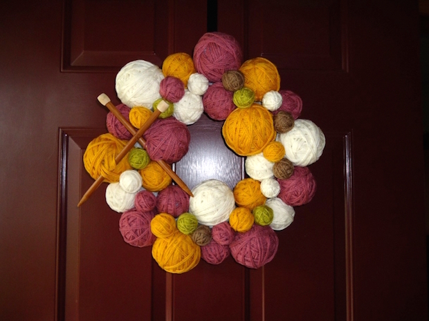 easy to make christmas door wreaths reusing yarn balls knitting needle decoration