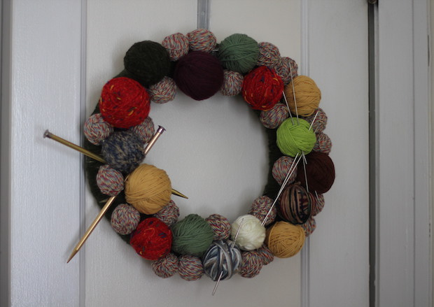 homemade christmas door wreaths reused yarn knitting needle decoration