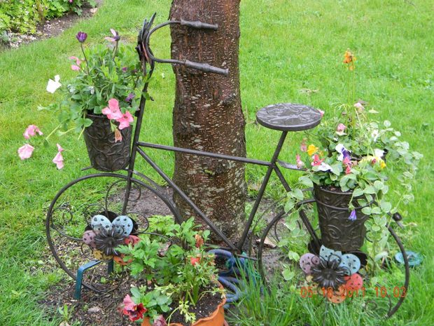 Upcycling bikes in the garden 14 ideas for bicycle planters for Garden design decoration
