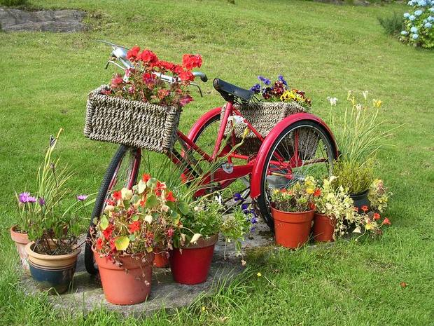 Upcycling bikes in the garden 14 ideas for bicycle planters for Objet decoration jardin