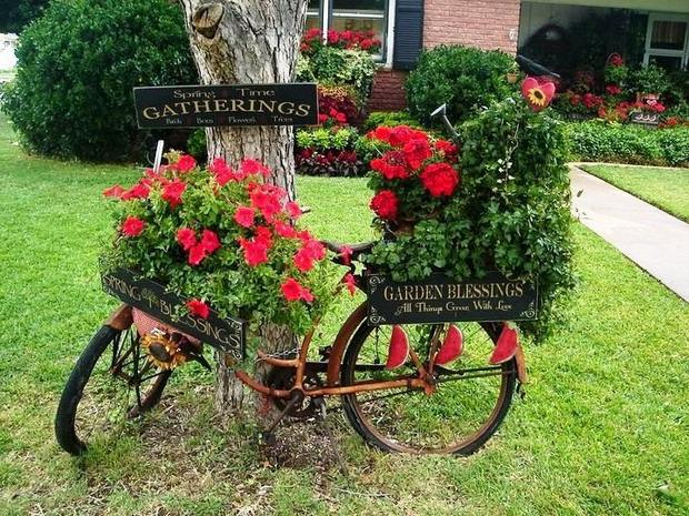 Upcycling bikes in the garden 14 ideas for bicycle planters for Flower garden decorations