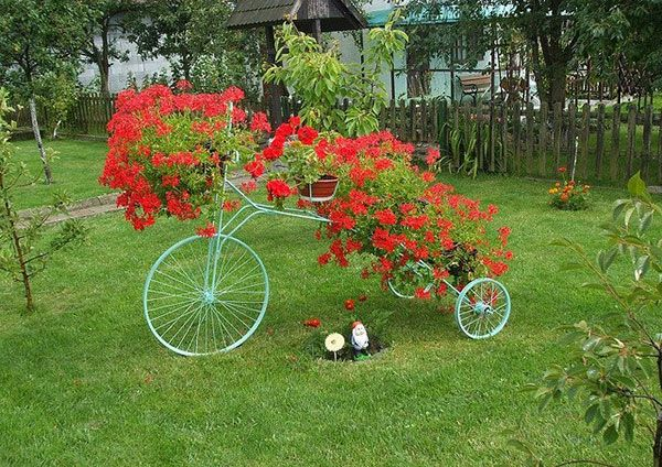 Upcycling bikes in the garden 14 ideas for bicycle planters for Como decorar mi jardin con plantas
