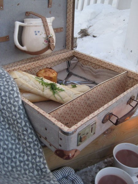 reuse old suitcase picnic basket upcycling decoration