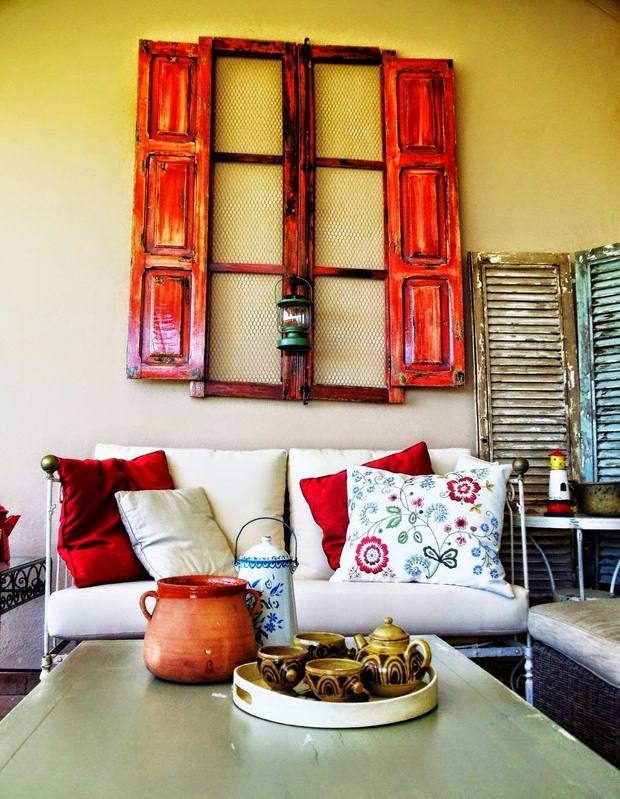 Recycling old wooden doors and windows for home decor for Repurposed home decorating ideas