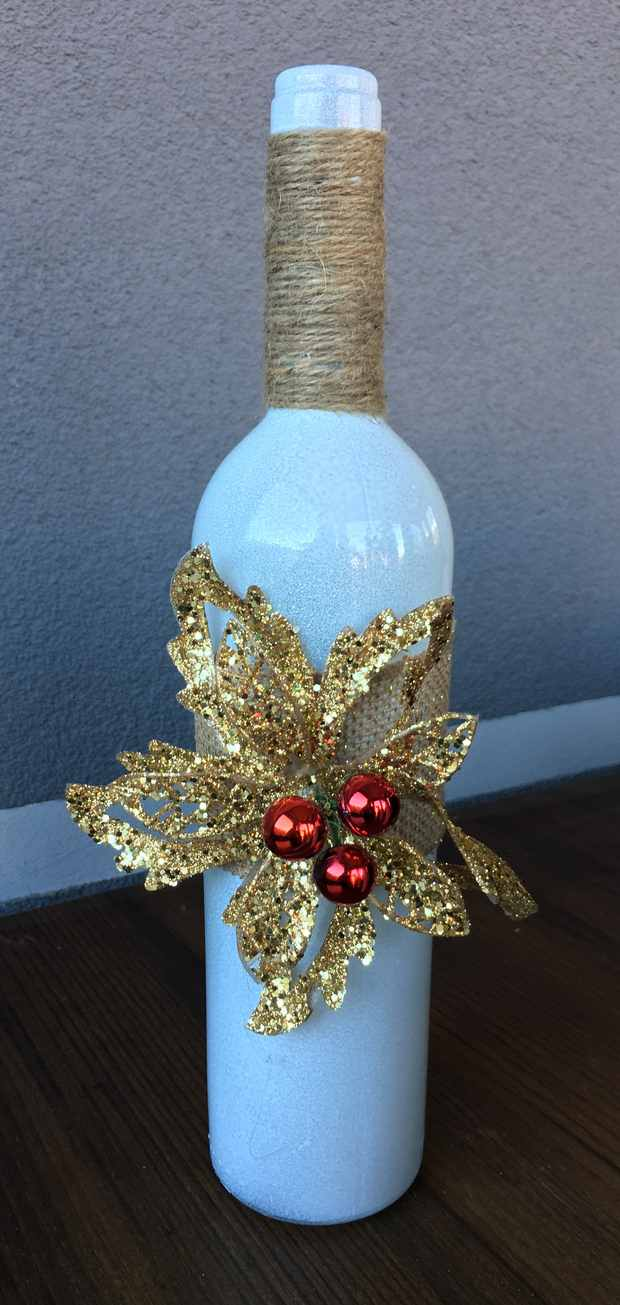 christmas table centerpieces upcycled crafts decorations glass bottles painted glitter white red gold decor idea