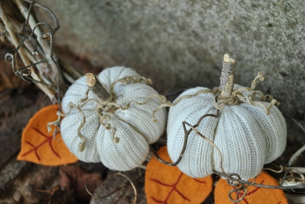 stuffed-fabric-pumpkin-fall-old-sweaters-upcycling-felt-leaves