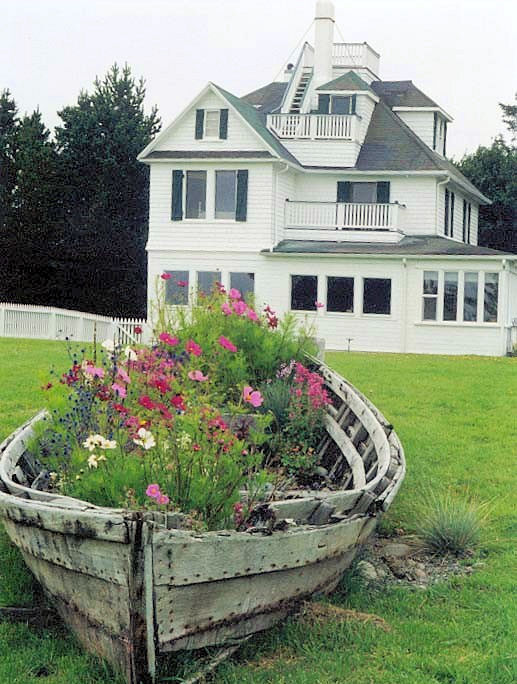 creative garden decor reuse old boat wood flowers house project
