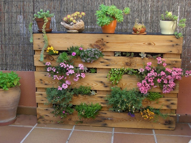 vertical pallet garden upcycled outdoor ideas flowers bamboo fence