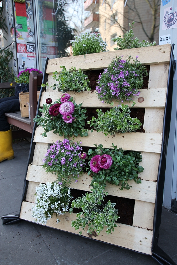 vertical wooden pallet garden flowers decoration upcycled ideas