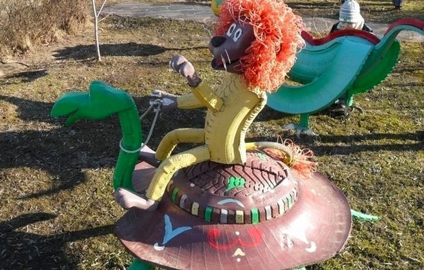 reused oldtire creative funny lion craft idea riding rubberturtle