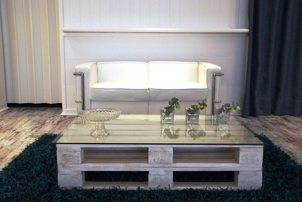 recycled pallet idea for living room coffee table glass vases leather white sofa
