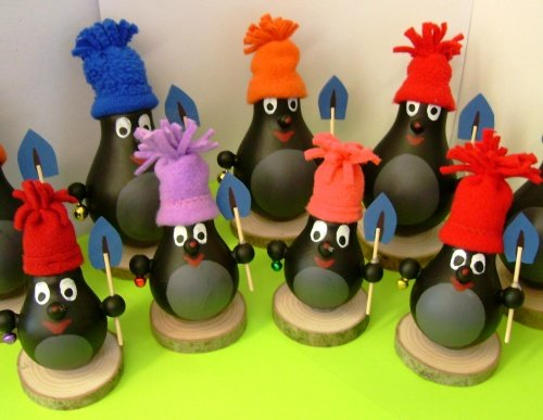christmas lights upcycling old bulbs idea penguins hats shovel decoration