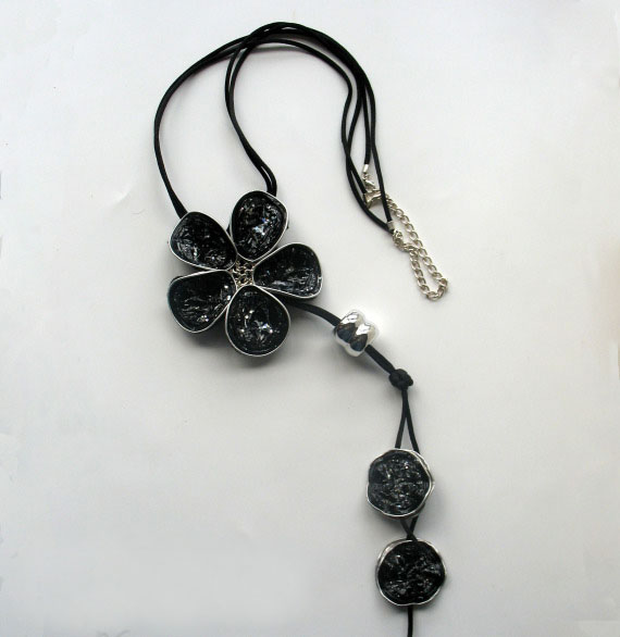 upcycling nespresso capsules into black diy necklaces flower decorated