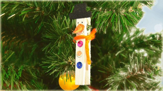 old wooden clothespin decorated hanging snowman scarf homemade ideas