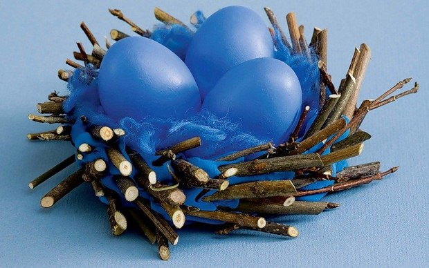 easter blue eggs decorating ideas bird nest branches table centerpiece