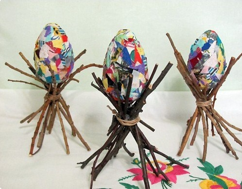 easter egg decorating ideas old colorful paper wooden branches centerpiece