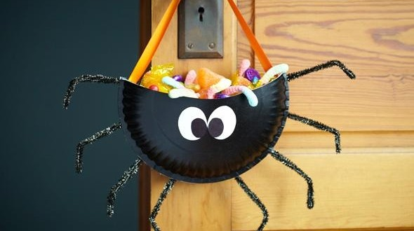 Creepy, classic and cute DIY trick-or-treat bags to make for the kids. In order for your kids to secure the biggest loot come Halloween, you've got to give them what they need to collect it in the trick-or-treat bag. Make sure it's snazzy with these 17 trick-or-treat bag decorating ideas.