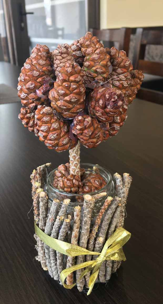 christmas table centerpieces topiary tree natural materials pinecones wooden sticks glass jar